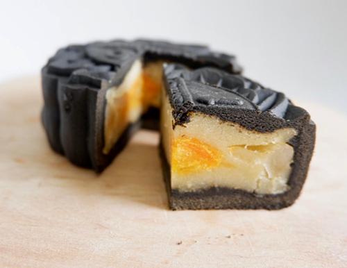 Bánh trung thu được bổ sung thêm nguyên liệu tinh than tre.