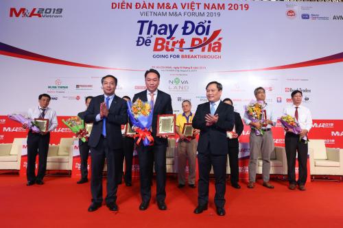 Đại diện SonKim Land (cầm hoa đứng giữa) nhận giải thưởng.