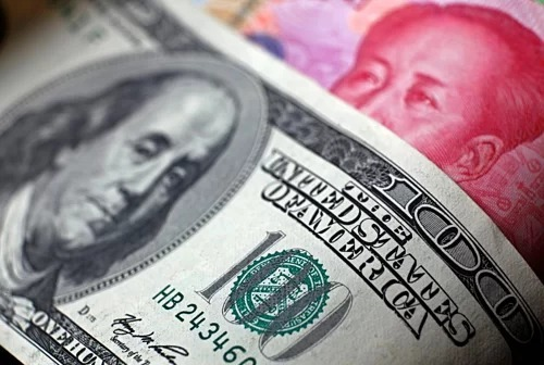 Đồng đôla của Mỹ và nhân dân tệ của Trung Quốc. Ảnh:Reuters
