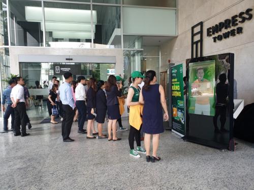 Nhiều dân văn phòng ở TP HCM trải nghiệm máy đo năng lượng.