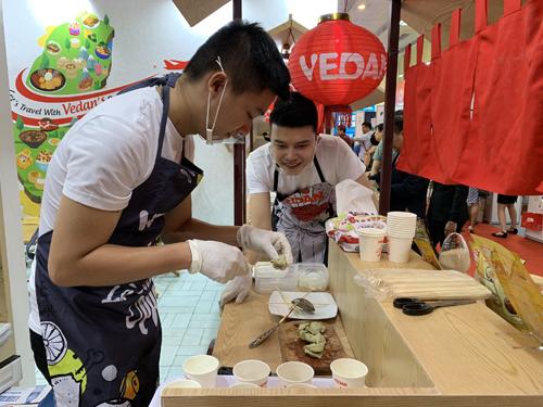 Các nhân viên của Vedan thực hiện các món ăn đặc trưng của Đài Loan.