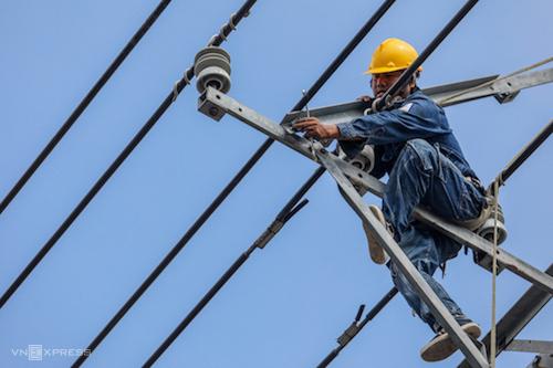 Công nhân Điện lực TP HCM sửa chữa đường dây lưới điện. Ảnh: Thành Nguyễn