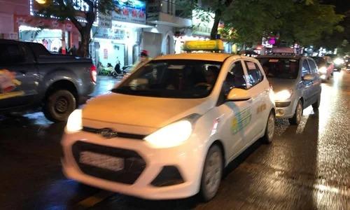 Xe của hai hãng taxi truyền thống hoạt động tại Hà Nội. Ảnh: Anh Tú