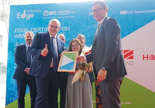 Đại diện World Bank Group (trái) trao tặng chứng chỉ EDGE cho Đại diện EZ Land (phải).