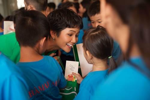 Trong buổi giao lưu ở làng May Mắn (Quận Tân Phú, TP HCM) thuộc dự án