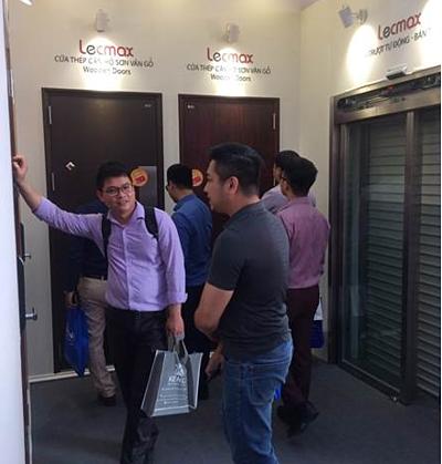 Khách hàng tìm hiểu dòng cửa thép tiêu chuẩn Nhật Bản của Lecmax.