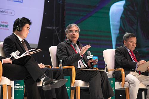 Chuyên gia kinh tế Trần Đình Thiên (ngồi giữa) phát biểu tại sự kiện chiều ngày 15/8 tại TP HCM.