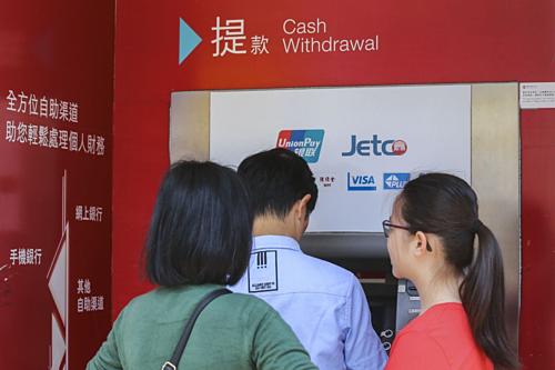 Ngân hàng Hong Kong lên kế hoạch khi người biểu tình kêu gọi rút tiền - ảnh 1