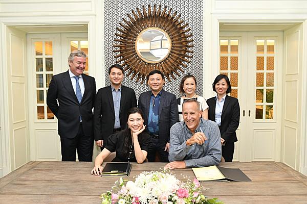Bà Nguyễn Ngọc Mỹ - Giám đốc điều hành CTCP Đầu tư Alphanam và Kiến trúc sư Bill Bensley ký hợp đồng dịch vụ thiết kế dự án JW Marriott Sapa Resort.