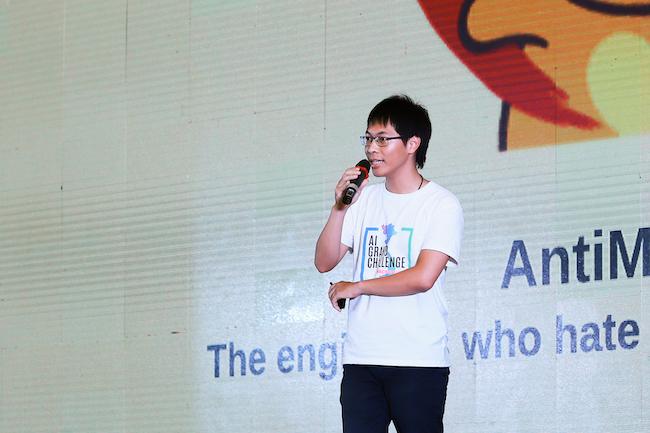 Đặng Hải Minh, trưởng nhóm Antimatlab trình bày trong chung kết Hackathon 2019.