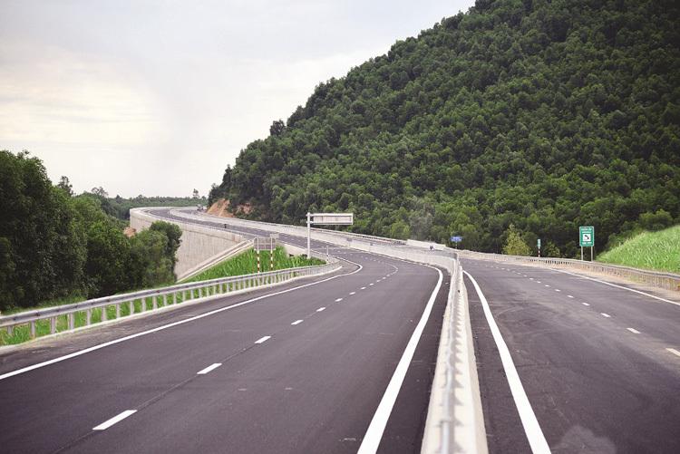 Cao tốc Đà Nẵng - Quảng Ngãi giúp thông thương hàng hóa và rút ngắn thời gian di chuyển của du khách nhanh chóng, thuận lợi hơn.