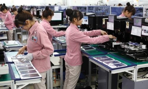 Sản xuất điện thoại di động tại Công ty Samsung Việt Nam. Ảnh: AP