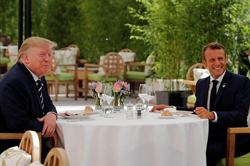 Tổng thống Mỹ Donald Trump và Tổng thống Pháp Emmanuel Macron hôm qua. Ảnh: Reuters