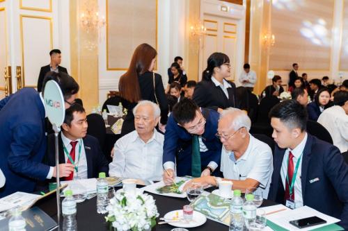 Các chuyên viên của đơn vị phân phối tư vấn cho khách hàng tại sự kiện. hơn 200 khách hàng dự ra mắt biệt thự mövenpick resort waverly phú quốc - 1200034130-w500-5343-1566874504 - Hơn 200 khách hàng dự ra mắt biệt thự Mövenpick Resort Waverly Phú Quốc
