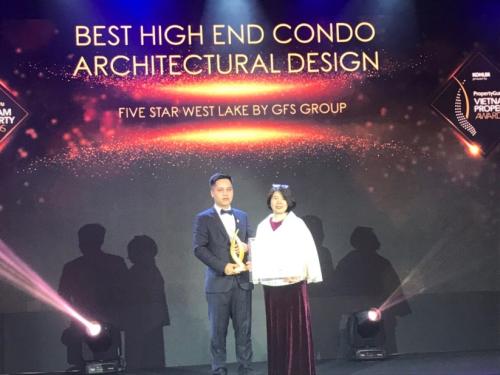 Ông Phạm Hải Đăng – Phó tổng giám đốcTập đoàn GFS nhận Cup và chứng nhận cho dự án Five Star West Lake.