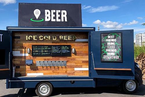 Bên trong xe tải bia 7 vòi chứa đủ các loại bia thủ công và dụng cụ nấu ăn.