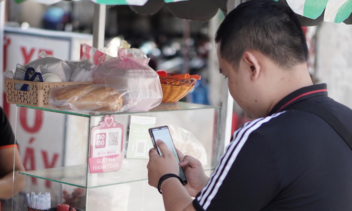 Ăn quán bình dân trả tiền bằng smartphone tại TP HCM
