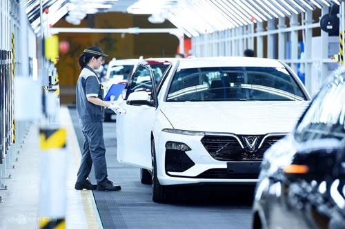 Công nhân đang kiểm tra xe tại nhà máy ôtô Vinfast. Ảnh: Giang Huy