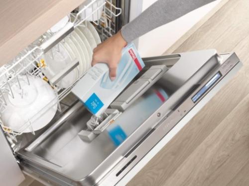 Máy rửa chén là một trong những trợ thủ đắc lực cho chị em giảm bớt gánh nặng về bát, đĩa...  Ảnh: Miele.