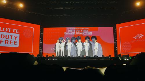 Nhóm nhạc Hàn Quốc NCT biểu diễn các tiết mục sôi động tại sự kiện. Ảnh: Lotte.