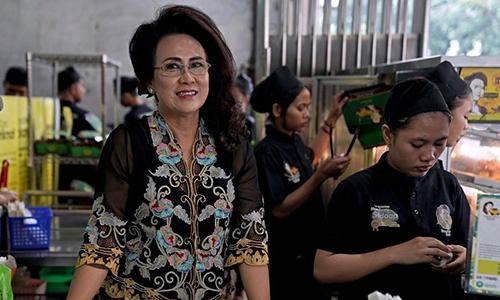 Bà Soelistiowati, chủ hàng chuối chiên ở phía Tây thủ đô Jakarta. Ảnh: Bloomberg