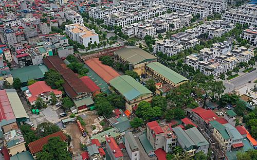 Nhà máy của Công ty cổ phần Cao su Hà Nội tại Cầu Diễn nằm giữa khu dân cư và rất nhiều trường học xung quanh. Ảnh: Ngọc Thành
