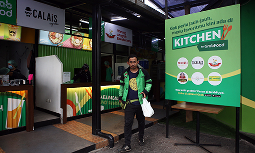 Tài xế đến lấy đồ ăn tại một GrabKitchen ở Jakarta. Ảnh: Anh Tú