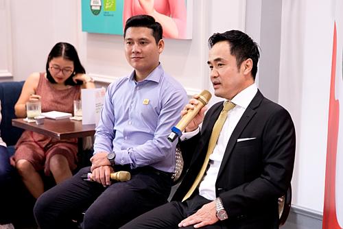 Nhà đồng sáng lập kiêm CEO Hoa Nắng Lâm Anh Tú (bên trái) và ông Louis Nguyễn – Chủ tịch Hội đồng quản trị kiêm Tổng giám đốc Saigon Asset Management (SAM) (cầm micro).