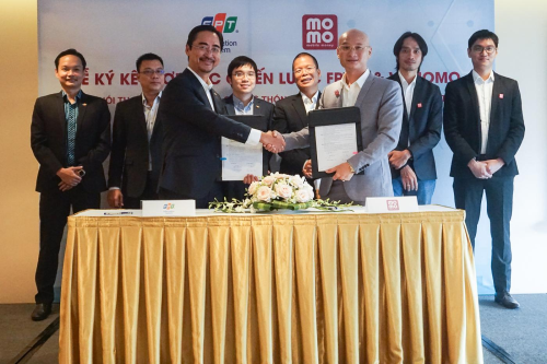 Đại diện FPT IS và Ví MoMo ký kết thỏa thuận thúc đẩy hợp tác trong hệ thống quản lý bệnh viện FPT.eHospital và hệ thống chính quyền điện tử FPT.eGov.