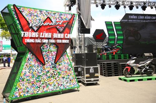 Từng chai eco-brick xếp thành một thùng rác chữ X lớn. Ảnh: Honda Việt Nam.