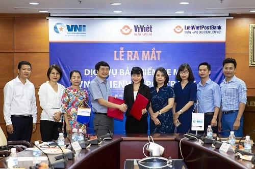 Ông Dương Trọng Chữ - Giám đốc Khối Ngân hàng số của LienVietPostBank và bà Tào Thị Thanh Hoa - Phó tổng giám đốc Nghiệp vụ của VNI đại diện hai doanh nghiệp ký hợp tác.