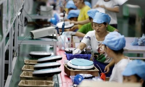 Công nhân trong một nhà máy của Matsutek tại Thâm Quyến. Ảnh: Reuters