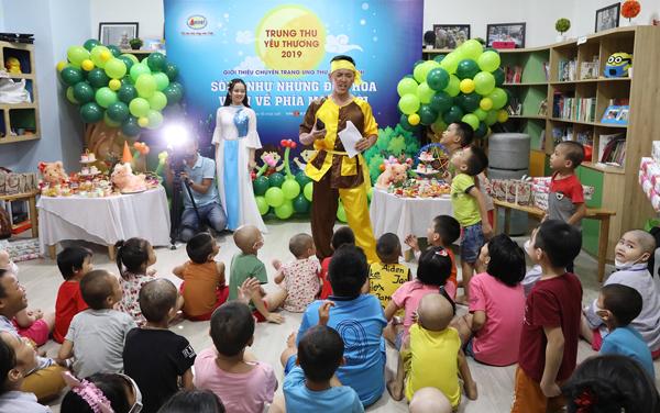 Các bé chơi trò chơi đố vui để nhận quà trong chương trình do Công ty Cổ phần Dược phẩm GoldHealth Việt Nam tổ chức.