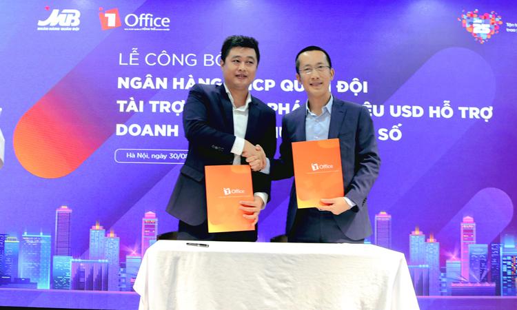 Đại diện MB (phải) và lãnh đạo 1Office (trái) trong kễ ký kết hợp tác cuối tháng 8.