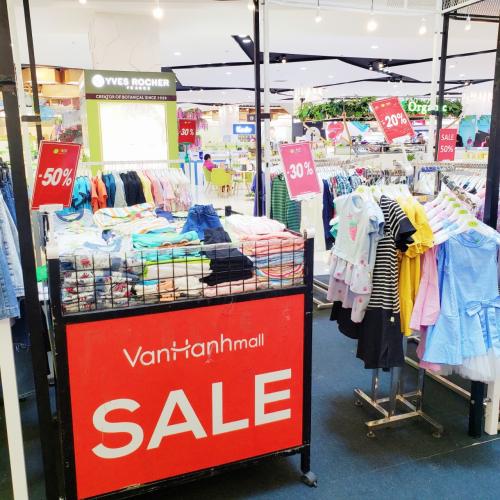 Nhiều gian hàng tại Vạn Hạnh Mall giảm giá đón trung thu.