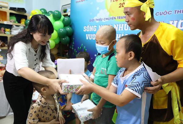 Bà Nguyễn Thị Vũ Thành, Phó tổng giám đốc Công ty Cổ phần Dược phẩm GoldHealth Việt Nam tận tay tặng quà cho các em nhỏ, động viên các em vượt qua nỗi đau bệnh tật.