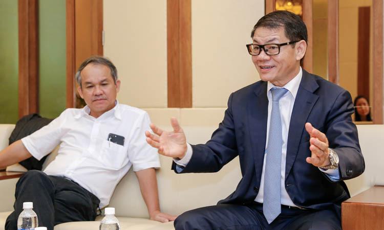 Ông Trần Bá Dương (bên phải) cùng ô.ng Đoàn Nguyên Đức chia sẻ tại buổi kỷ niệm một năm Thaco đ.ầu tư vào HAGL.