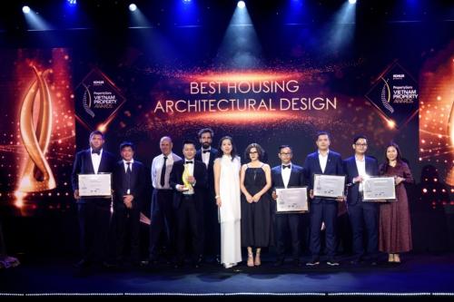 Đại diện Thang Long Real Group nhận chứng nhận vinh danh Best Housing Architectural Design cho dự án Thang Long Home - Hưng Phú.