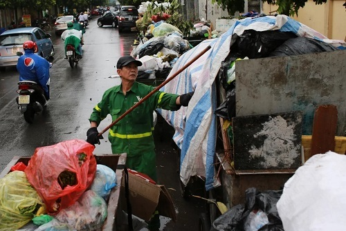 Hoạt động thu gom rác tại một quận nội thành của Hà Nội. Ảnh: Ngọc Thành