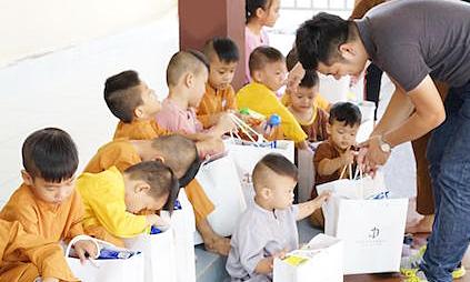 Viện thẩm mỹ Diva tặng quà cho trẻ em mồ côi tại chùa Pháp Tánh - Kinh Doanh