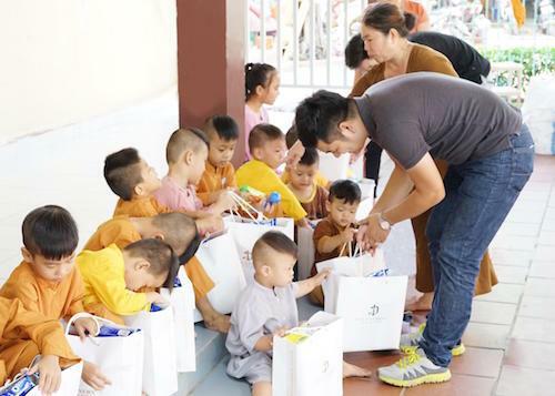Các em nhỏ tại chùa vui vẻ khi được nhận quà.