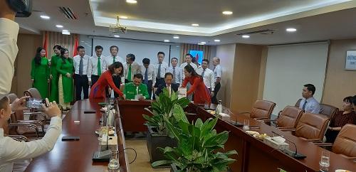 Lãnh đạo Mai Linh (bên trái) và PVOIL ký kết hợp tác.