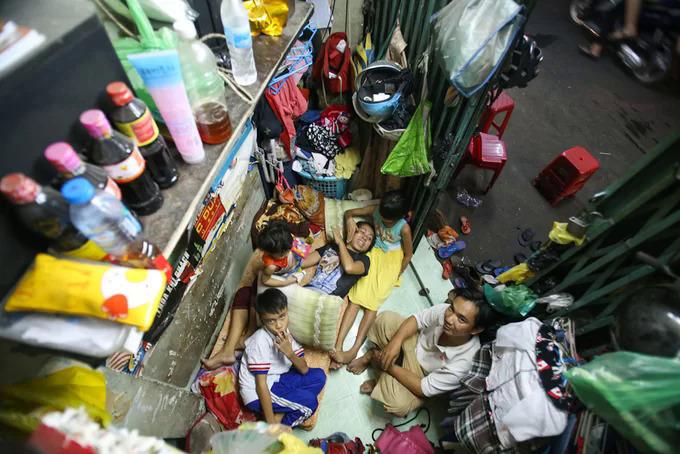 Gia đình 5 người của anh Nguyễn Phi Vũ sống trong căn nhà rộng 3 m2 ở quận 8, TP HCM vào tháng 12/2016. Ảnh: Quỳnh Trần.