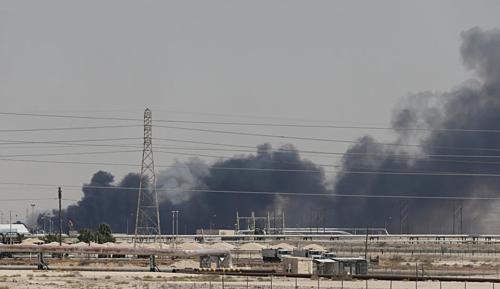 Khói bốc lên từ nhà máy bị tấn công của Aramco tại Saudi Arabia. Ảnh: Reuters