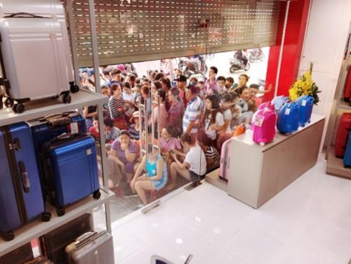 Khách hàng xếp hàng đợi mua sắm ưu đãi tại cửa hàng LUG.