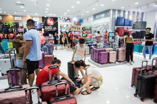 Các cửa hàng LUG trưng bày nhiều sản phẩm từ đa dạng thương hiệu quốc tế, nhiều phân khúc sản phẩm phù hợp túi tiền người Việt.