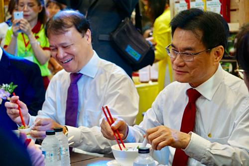 Phó thủ tướng Thái Lan ăn phở Việt