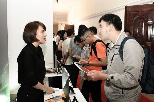 Nhân viên của Xelex tư vấn sản phẩm cho khách tham dự.
