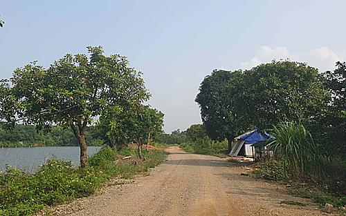 Khu đấtđược quảng cáo với tên gọi dự án Golden Lake Hoà Lạc. Ảnh:Nguyễn Hà
