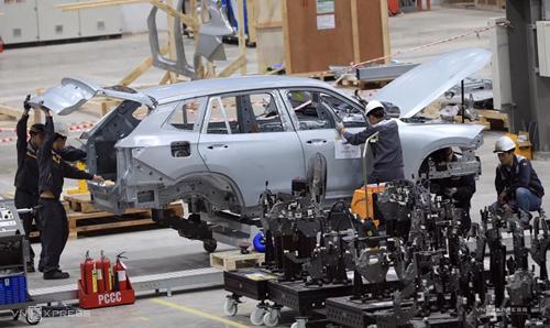 Công nhân lắp ráp ôtô ở Nhà máy Vinfast (Hải Phòng). Ảnh: Hữu Khoa